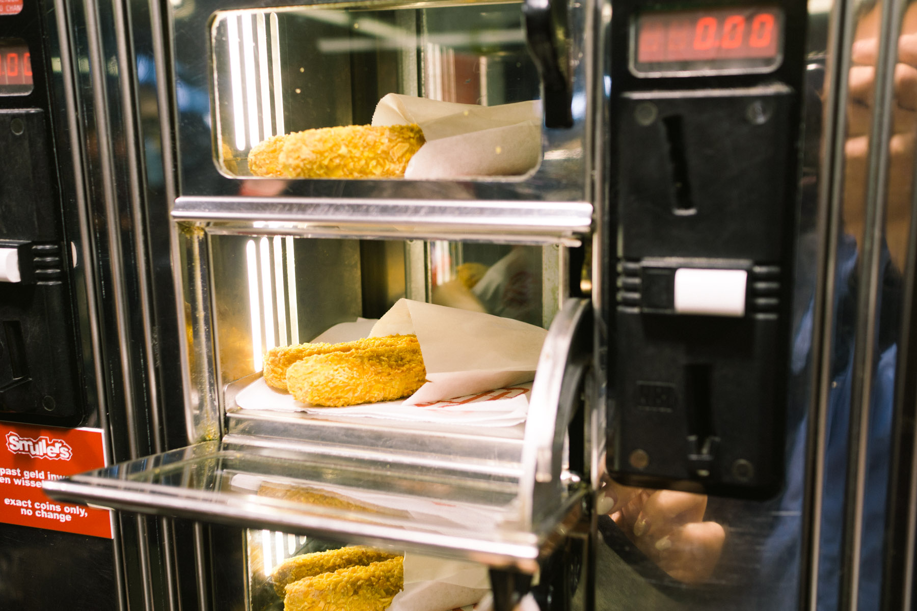 amsterdam-smullers-febo-fast-food-vending-machine-automatiek-croquette-burger-fries-5